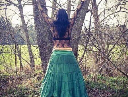 alizen alix arango sobre mi arbol exterior falda verde